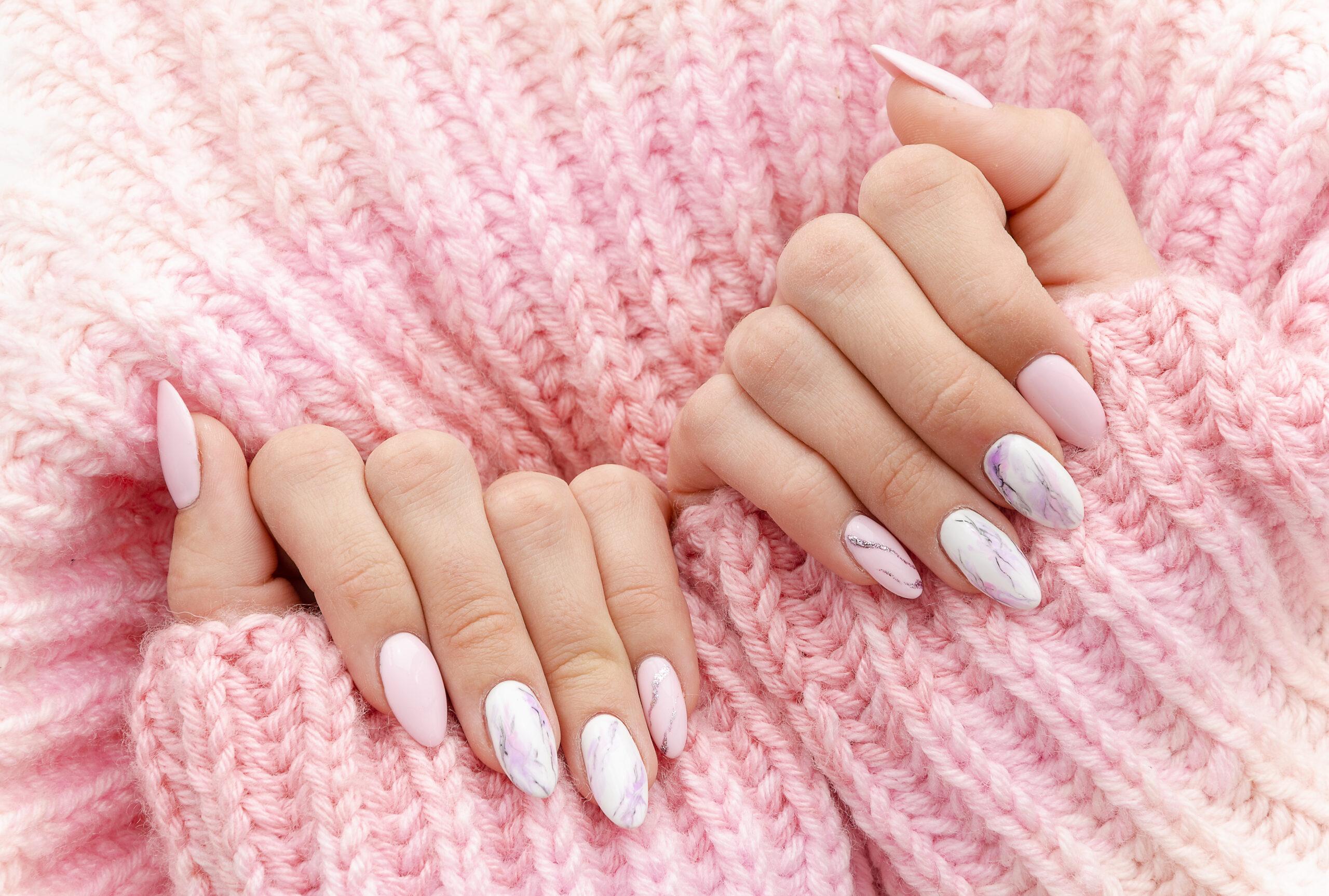 różowe paznokcie ślubne z efektem marmuru