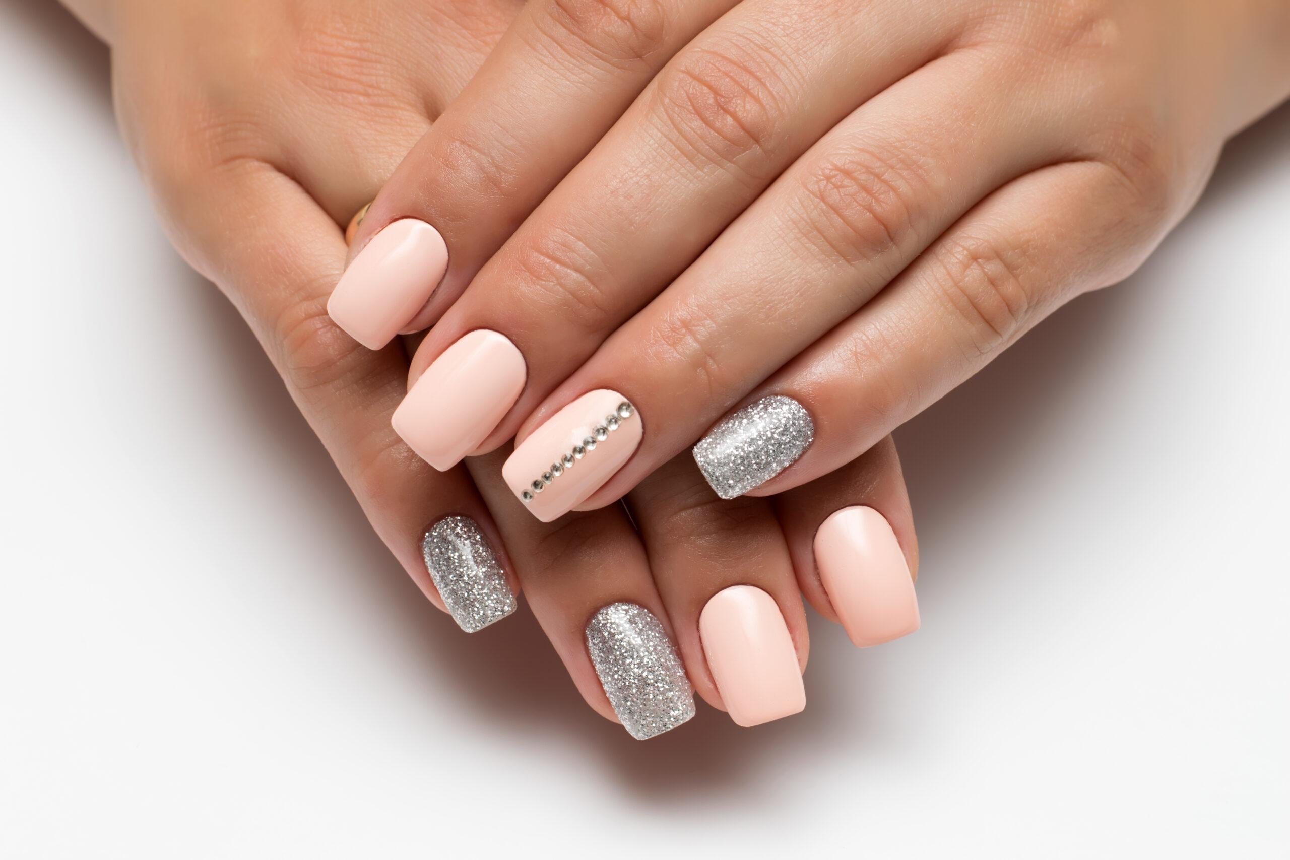 różowe paznokcie ślubne w srebrne wzory