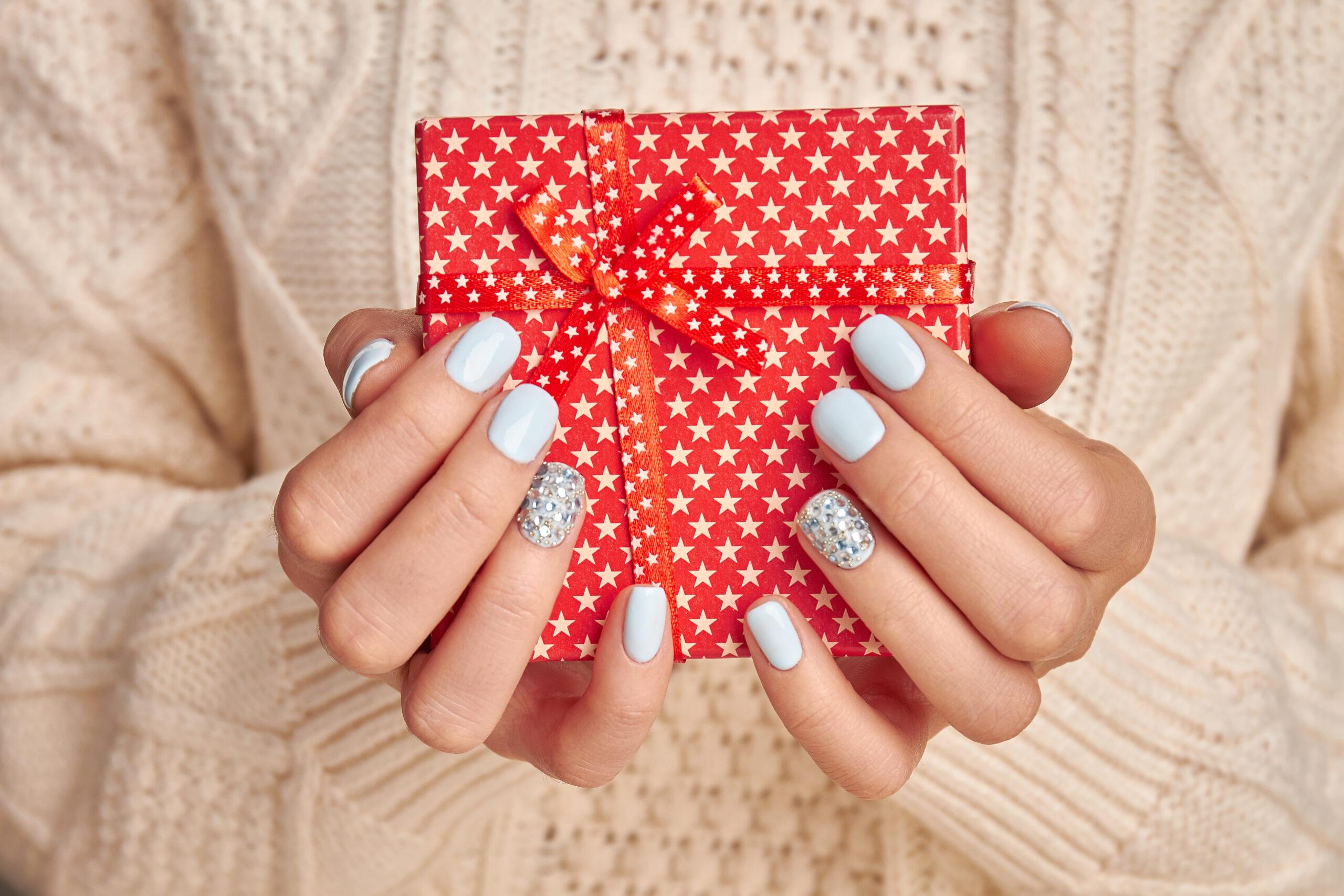 błękitne paznokcie na ślub w świąteczne wzory