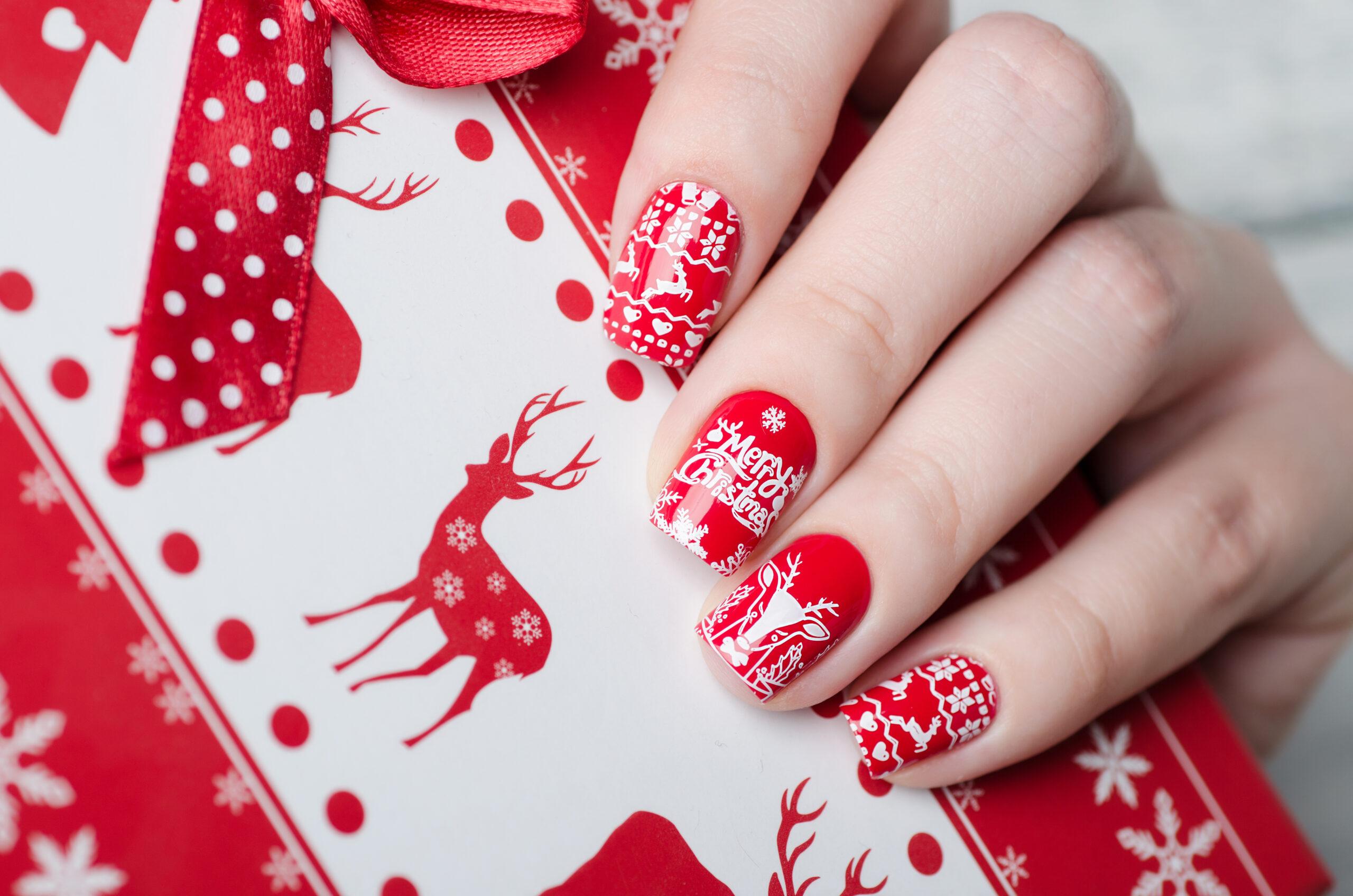 czerwone świąteczne paznokcie na ślub