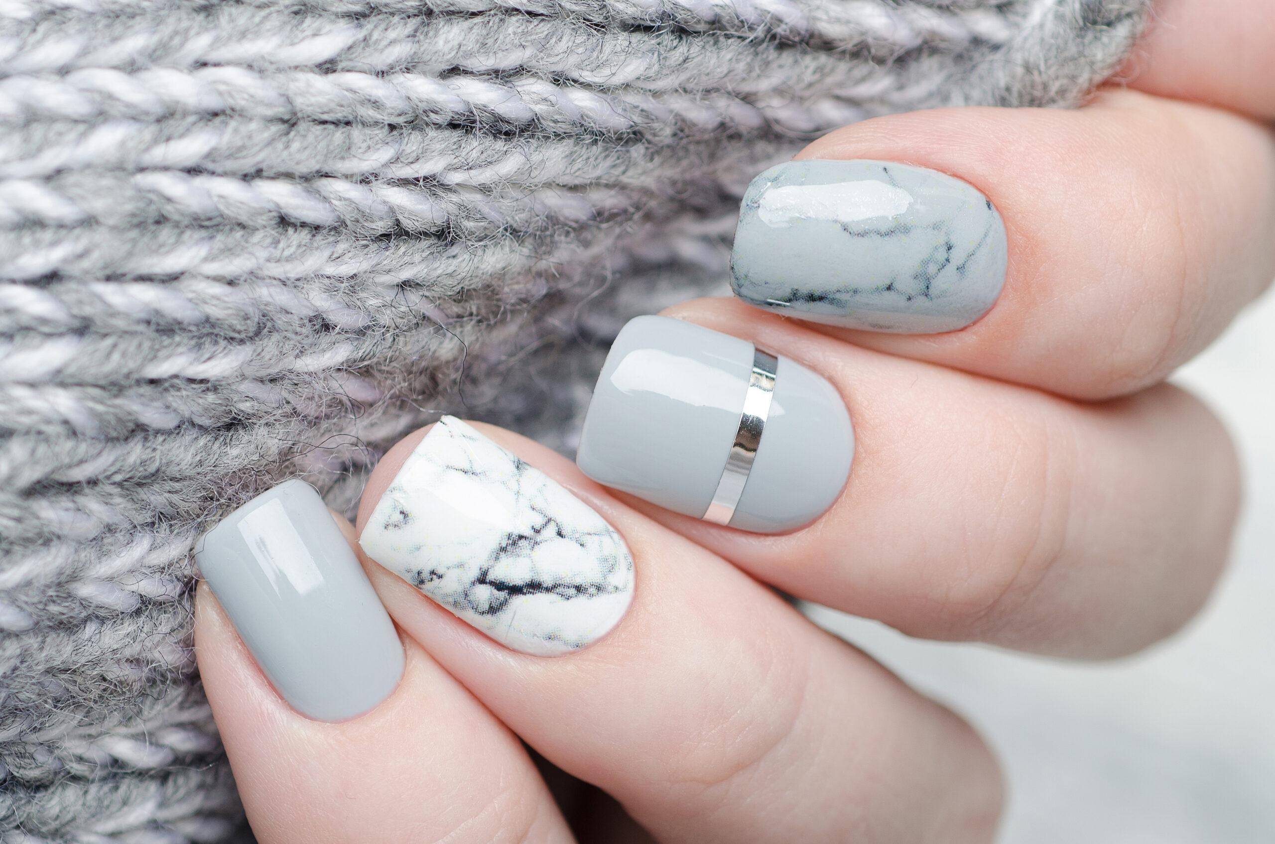 paznokcie na ślub w kolorze szarym ze srebrnymi dodatkami