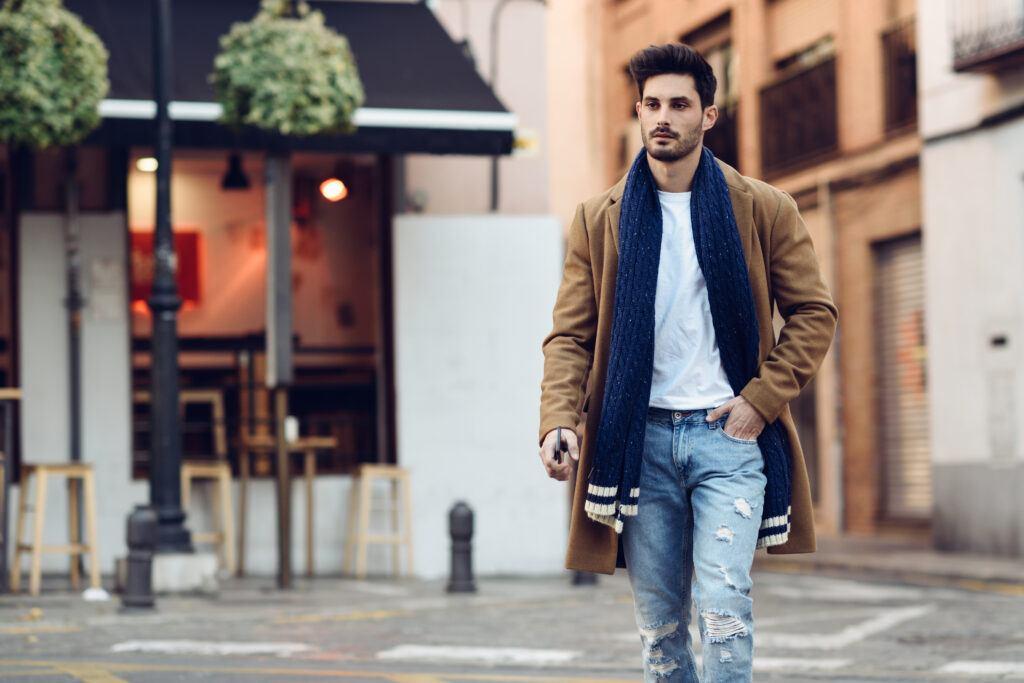 młody eleganci mężczyzna idący ulicą