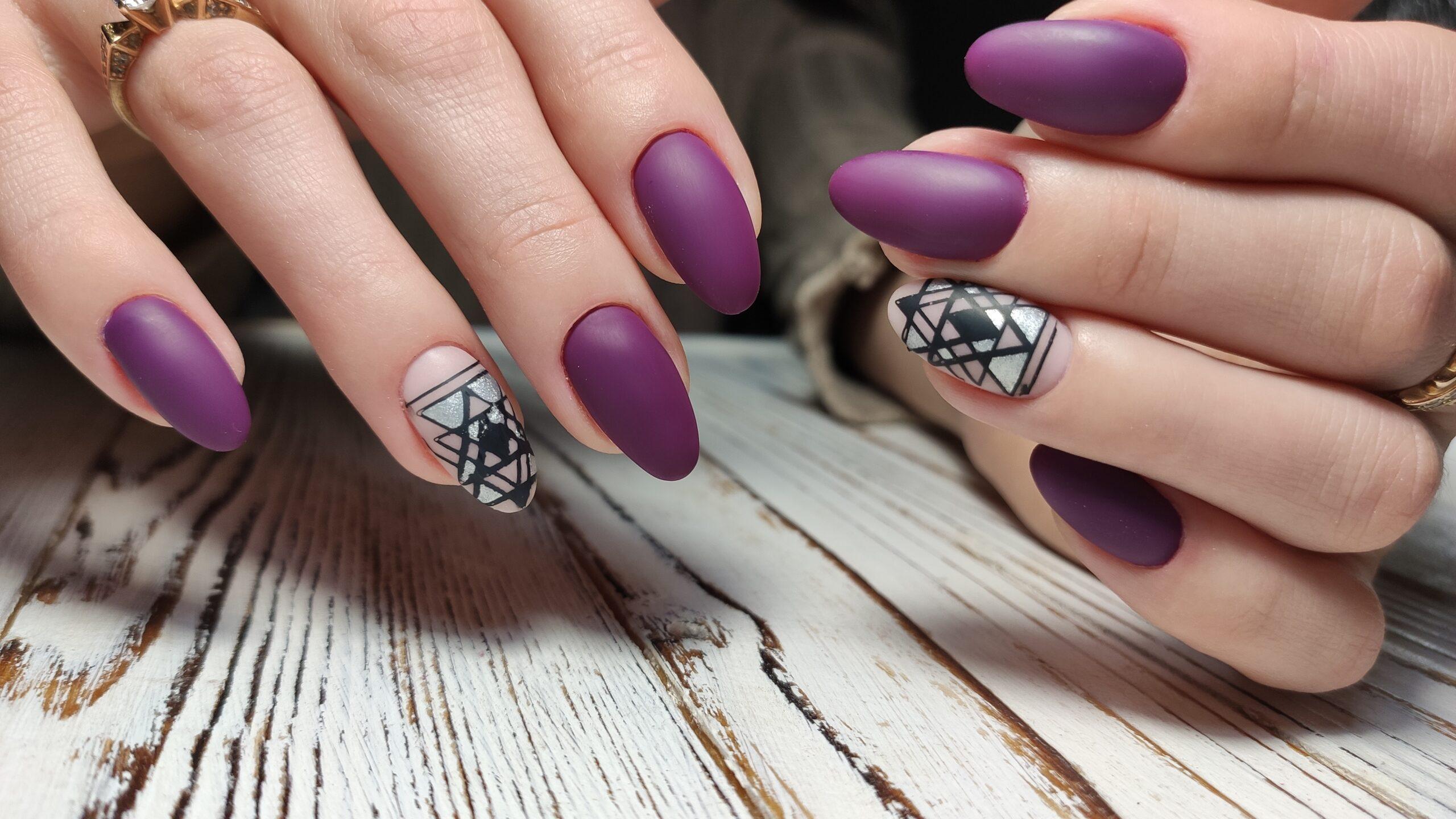 fioletowe ślubne paznokcie kształt migdałowy z wzorami