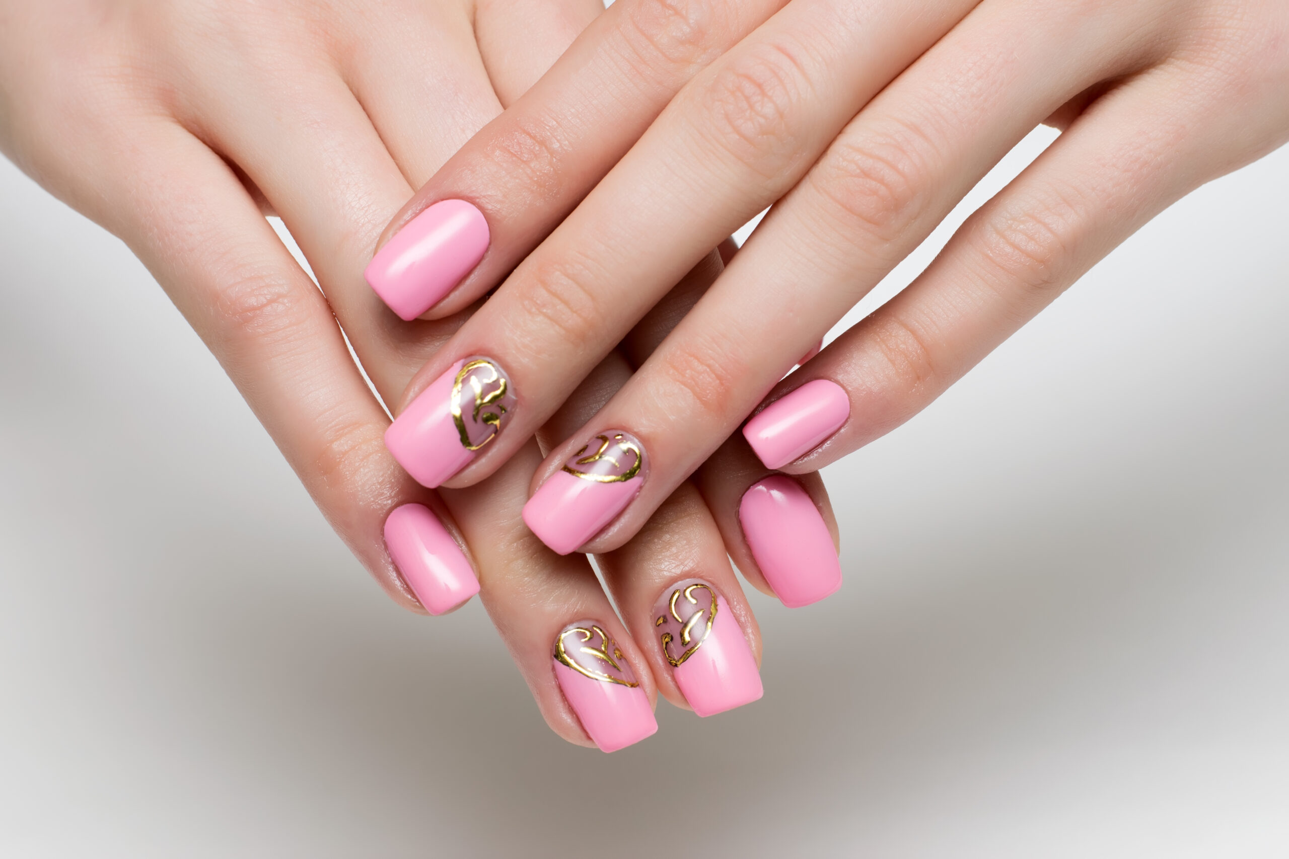 Różowo złote ślubne paznokcie