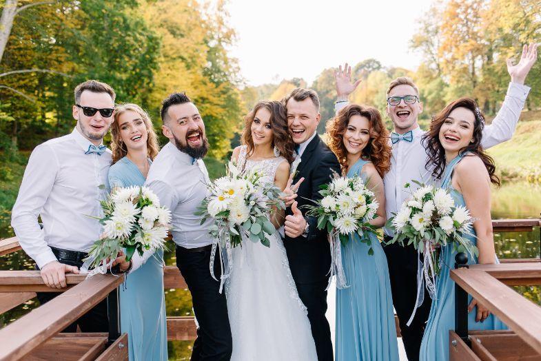 Para młoda wraz z gośćmi weselnymi