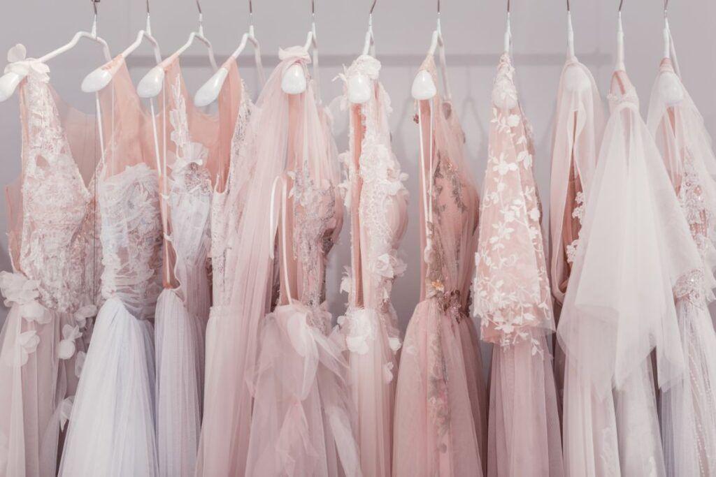 Suknie ślubne w 2021 roku. Jakie fasony i materiały będą najmodniejsze w tym sezonie?