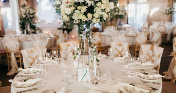 Dekoracje stołów weselnych - na co warto zwrócić uwagę przy ich planowaniu?