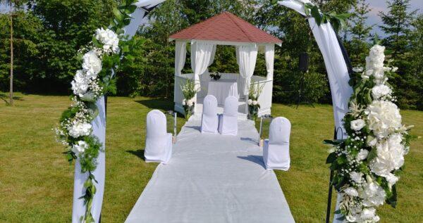 Romantyczny ślub w plenerze. Jak go zorganizować?