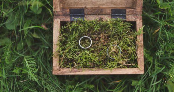 Pudełka na obrączki ślubne. Dowiedz się, jak wybrać odpowiedni model i czym je wypełnić!