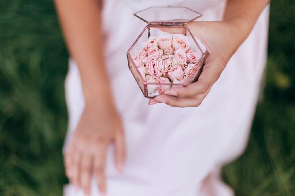 Pudełko na obrączki w stylu glamour z płatkami kwiatów