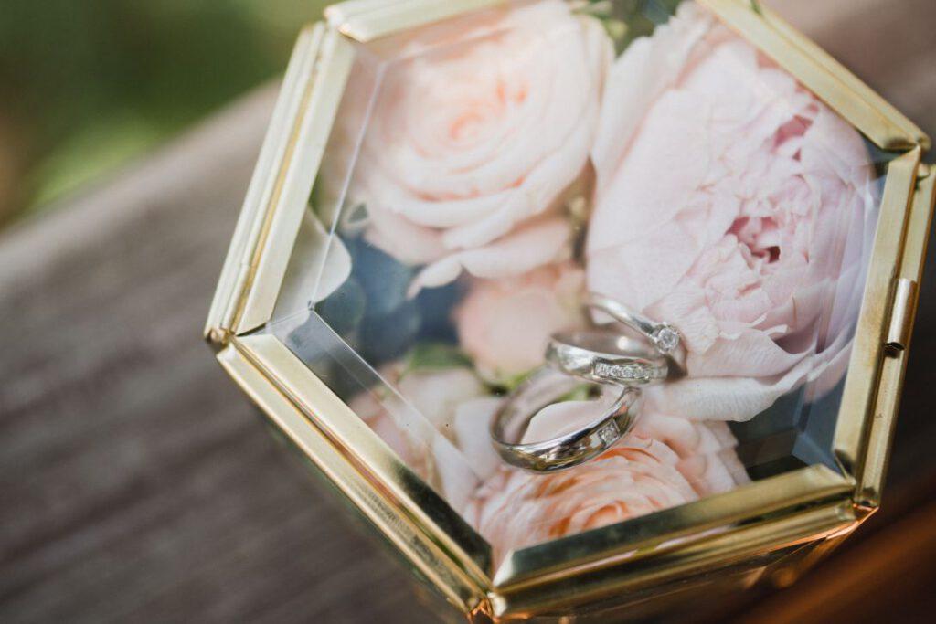 Szklane pudełko na obrączki z kwiatami