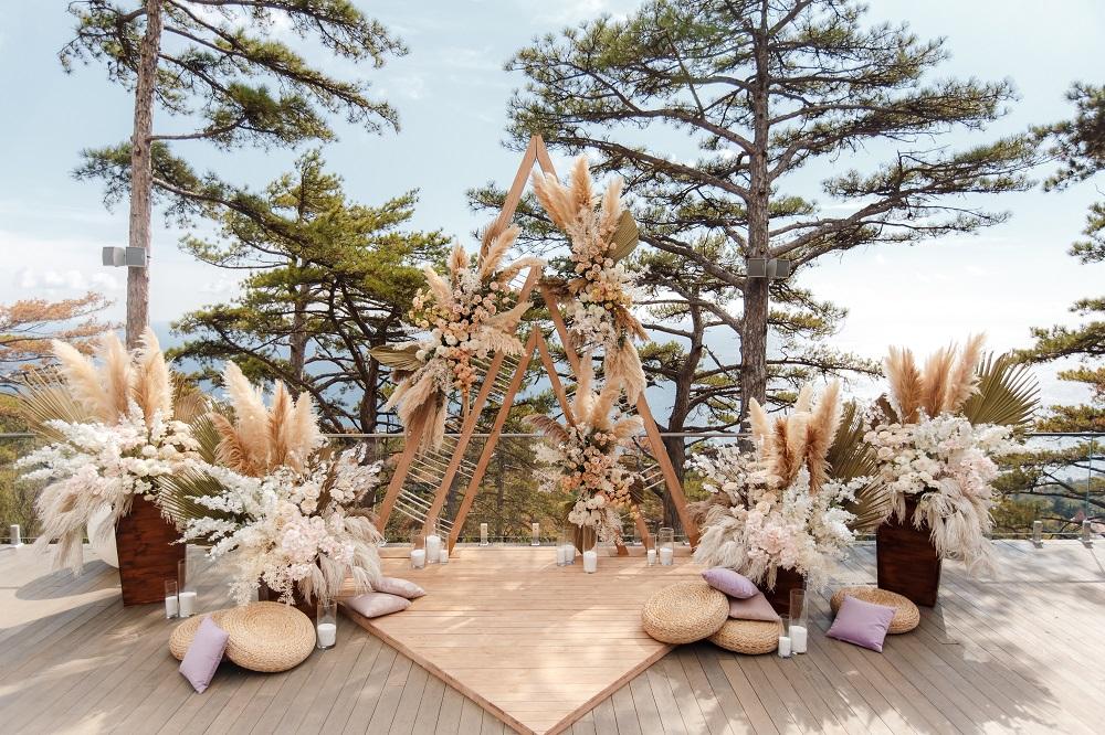 Slow wedding. Ołtarz ślubny w stylu boho na tyle lasu i oceanu.