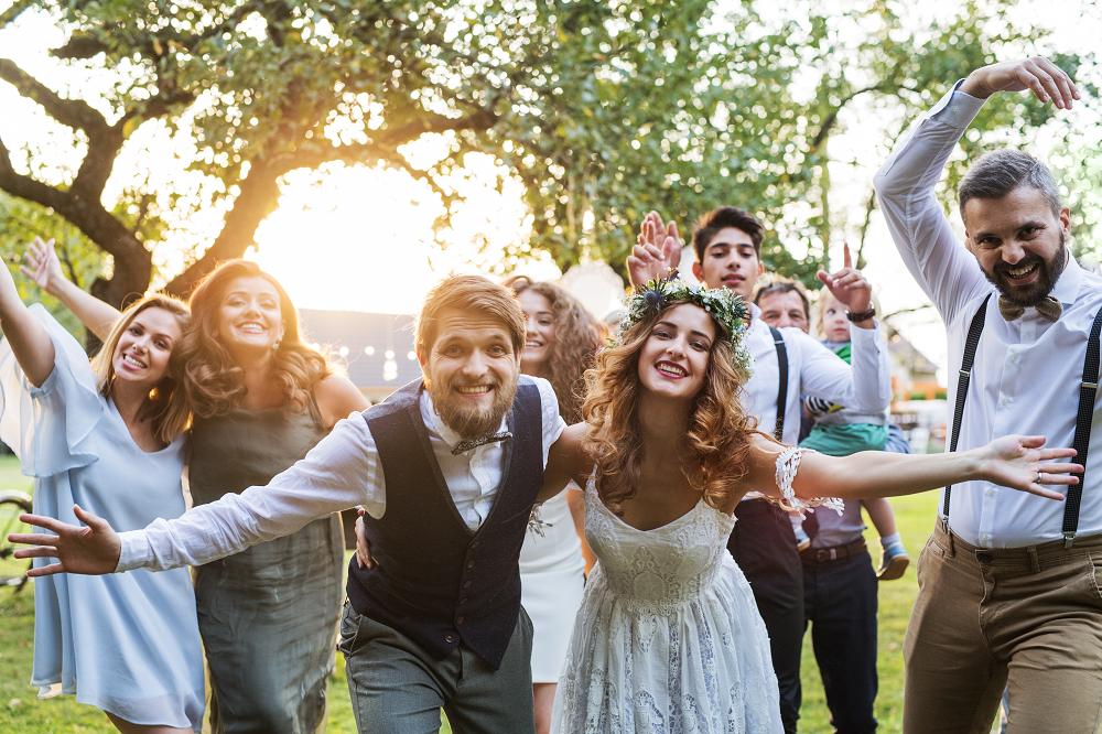 Slow wedding. Młoda para w otoczeniu gości.