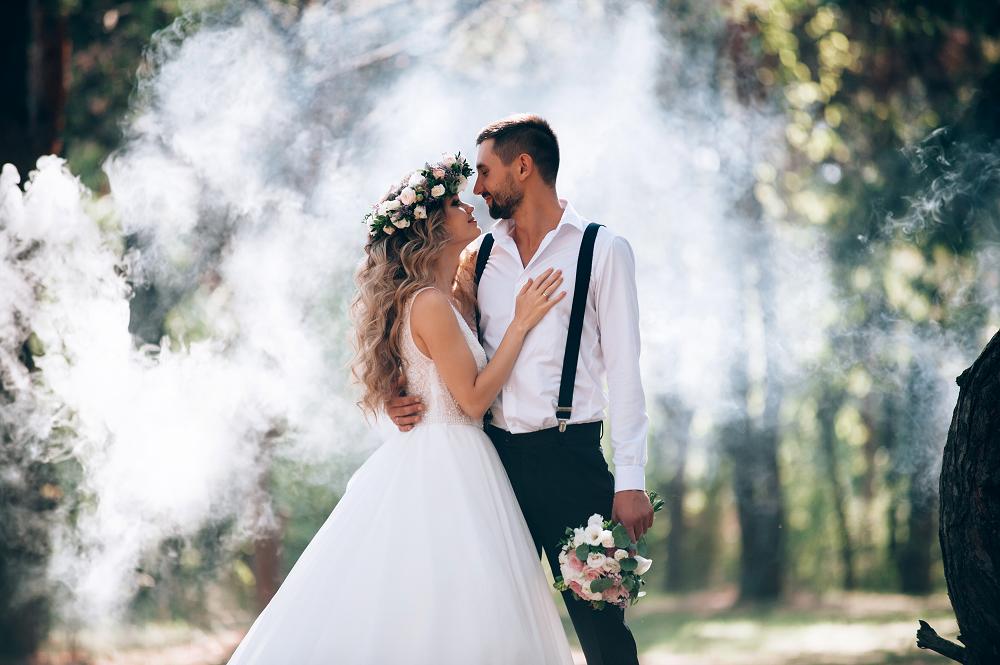Slow wedding. Para młoda na sesji w parku. Ciężki dym.