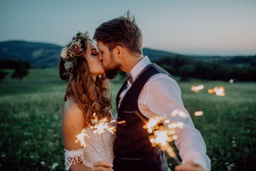 Slow wedding. Pocałunek pary młodej. Zimne ognie.