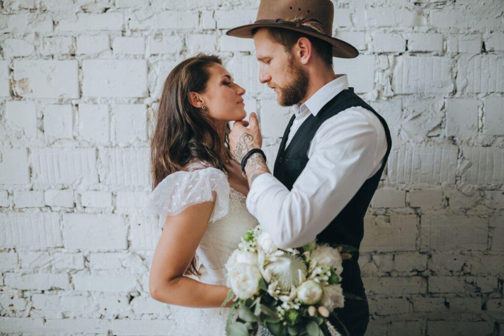 Slow wedding. Para młoda patrząca sobie w oczy.