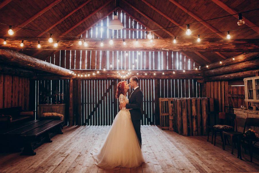 Slow wedding. Młoda para w stodole.