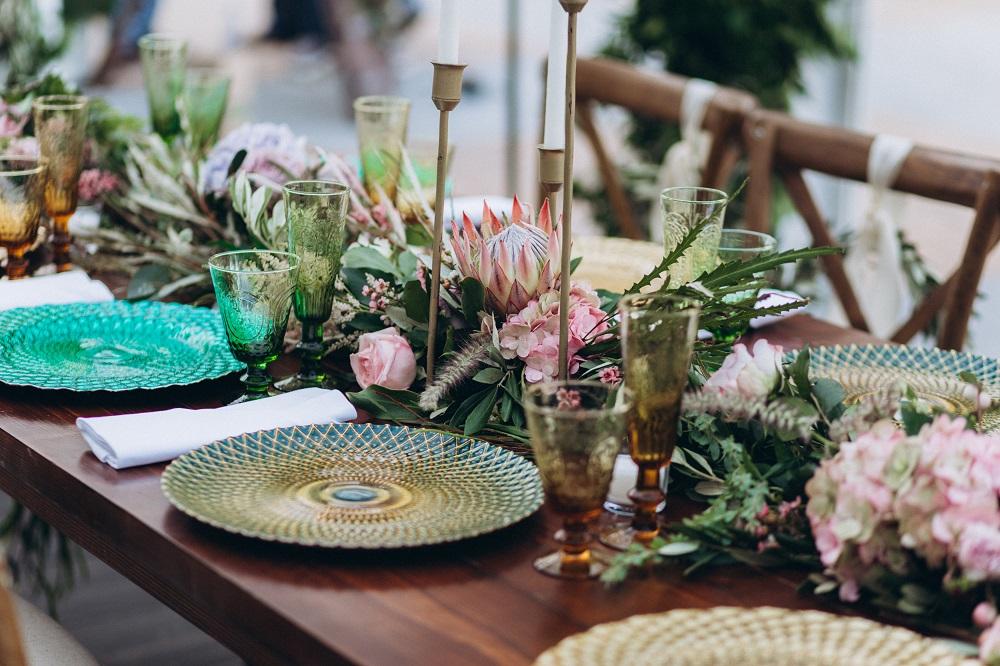 Slow wedding. Stół weselny w stylu boho z kwiatami i zieloną zastawą