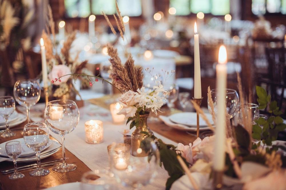 Slow Wedding. Stół weselny ze świecami przystrojony w stylu rustykalnym.