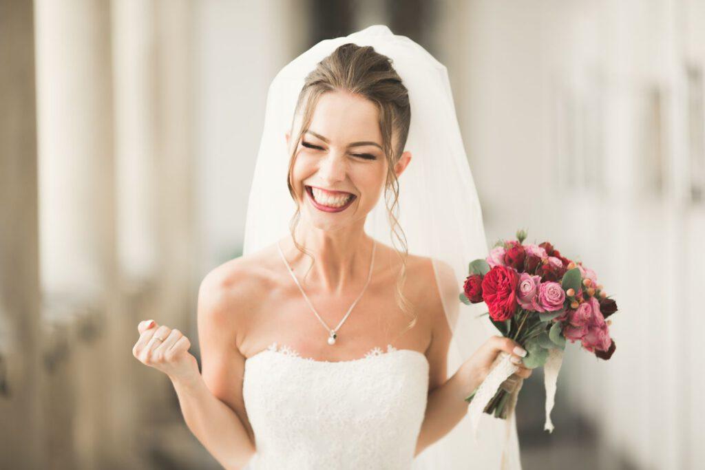 Slow wedding. Panna młoda z uśmiechem satysfakcji na twarzy.